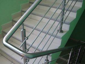 металлические перила между этажами